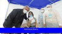 El mandatario visitó un centro de vacunación en Mercedes y agradeció al personal de salud