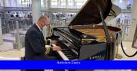 Pasar el tiempo con un piloto que toca el piano