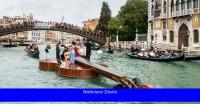 Un violín gigante flota por el Gran Canal de Venecia