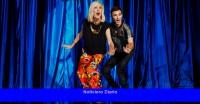 Una estrella de cabaret y una estrella de ópera suben a un escenario ...